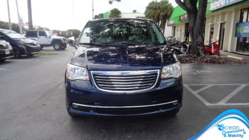 Used 2014 Chrysler Town and Country.  ConversionBraunAbility Chrysler Entervan XT